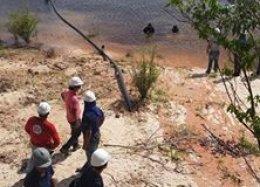 Exército instala cabos no fundo de rio para levar internet rápida à Amazônia.