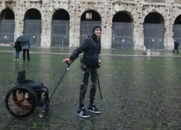 Exoesqueleto robótico permite que paraplégicos voltem a andar
