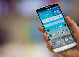 Smartphone é equipamento básico para os refugiados.