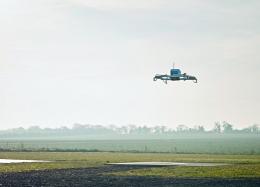 Amazon faz 1ª entrega de produtos usando drone; voo demorou 13 minutos.