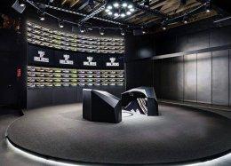 Através de projeção mapeada, Nike permite criação ao vivo de tênis personalizados
