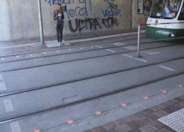 Cidade instala semáforo no chão para zumbis digitais