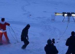 Praticante de snowboard é impulsionado por drones através das montanhas