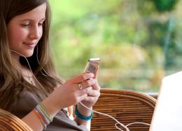 Pesquisa diz que jovens perdem a confiança quando celular não está perto.