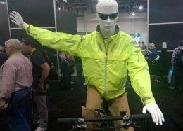 Jaqueta inteligente ajuda ciclista a sinalizar curvas durante pedalada.