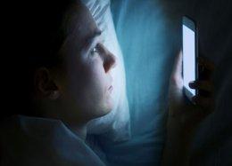 Usar o celular à noite não deve afetar o sono, diz novo estudo.