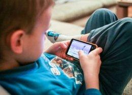 Taiwan vai multar pais que deixam filhos exagerarem no uso do smartphone.