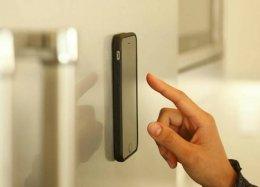 Case 'anti-gravidade' permite prender smartphones em qualquer superfície