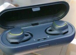 Samsung lança fone sem fio que armazena músicas e dispensa o celular