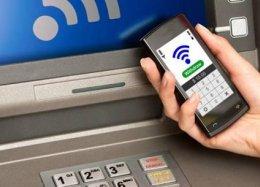 Bancos começam a aceitar celulares em vez de cartões em caixas eletrônicos.