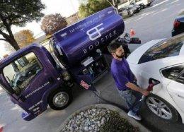 Nos Estados Unidos, aplicativos entregam combustível em casa.